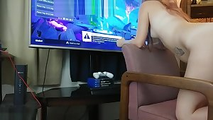 18 y/o Gamer girl playing Fortnite Battle Royale While she gets creampied
